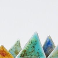 Monts polychromiques, un bijou de Clémentine Correzzola, Bijoutière émailleuse – Enamelling jewelry