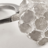 Vespula, un bijou de Clémentine Correzzola, Bijoutière émailleuse – Enamelling jewelry