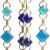 Résurgence, un bijou de Clémentine Correzzola, Bijoutière émailleuse – Enamelling jewelry